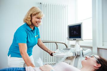 Frau Dr. med. Kerstin Niemer am Ultraschall in Ihrer Praxis in Künzelsau. Praxis für Naturheilverfahren, Sportmedizin, Prävention.