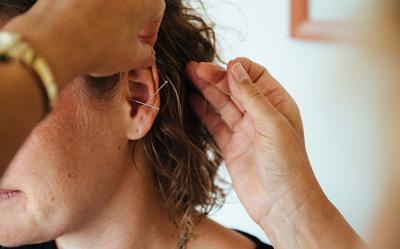 Naturheilverfahren: Akupunktur am Ohr bei Dr. Niemer in Künzelsau
